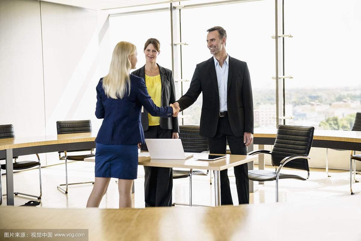 职场与人相处的3大黄金法则,高情商都这么做,同事喜欢领导器重
