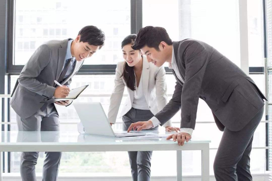 职场上的生存技巧!多做这三件小事,同事关系会越来越好